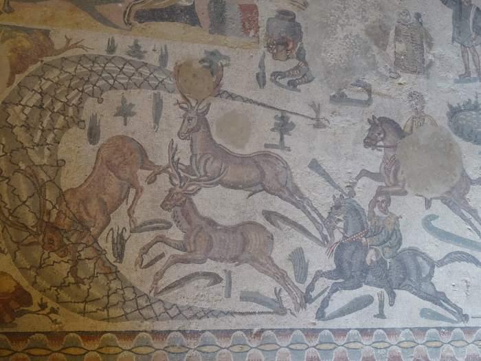 Jachttaferen op mozaïek in villa Romana del Casale, herten worden een net in gedreven
