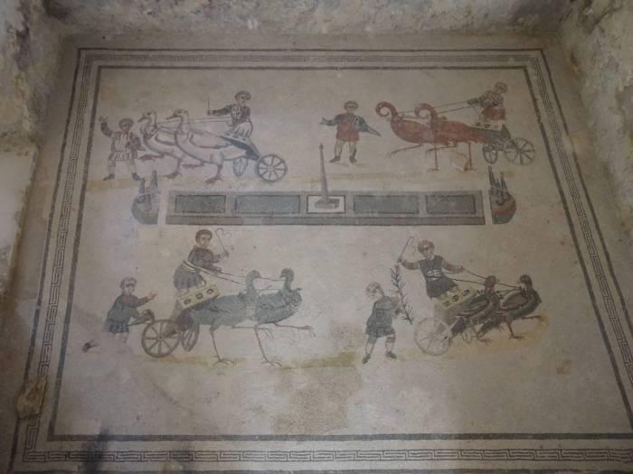 Mozaïek van wagenrennende jongeren in villa Romana del Casale