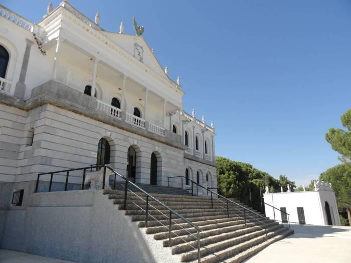 Zicht op wit paleis van Acebrón met trap in natuurpark Doñana