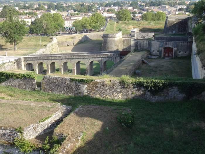 Wirwar aan muren en torens verdedigen Blaye