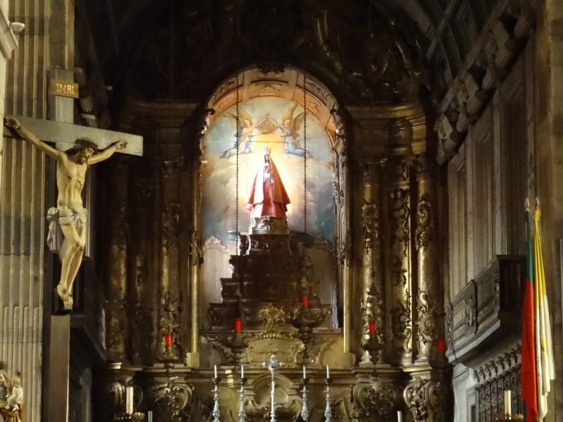 Onze-Lieve-Vrouw-van-de-Olijfboom in kerk Guimarães tussen zuilen en een gekruisigde Jezus