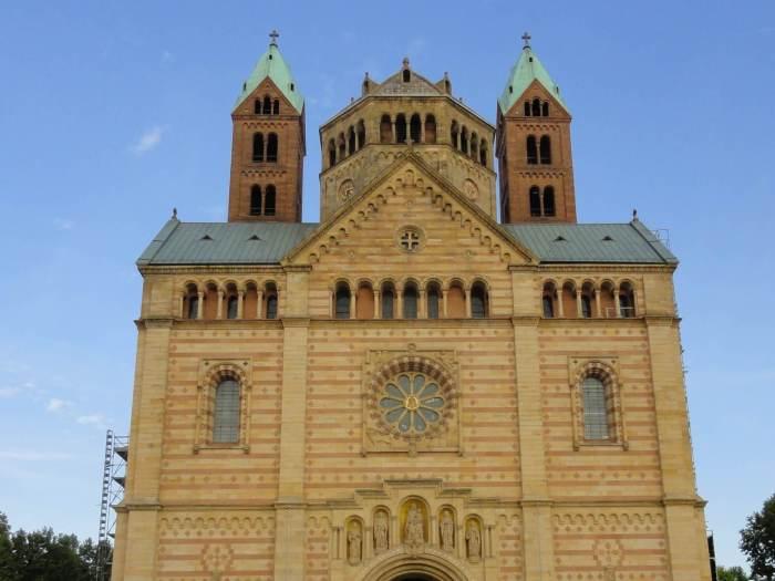 Vooraanzicht van de kathedraal van Speyer met roosvenster en Heiligen