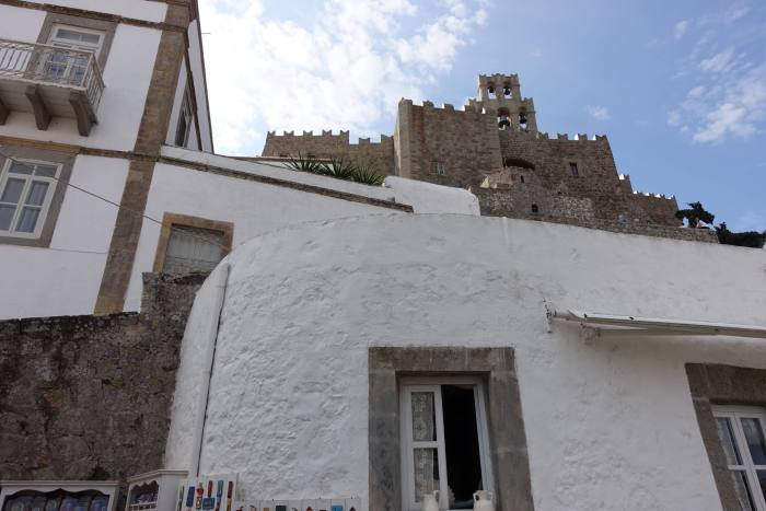 Witte huisjes en een klooster op het Griekse eiland Patmos