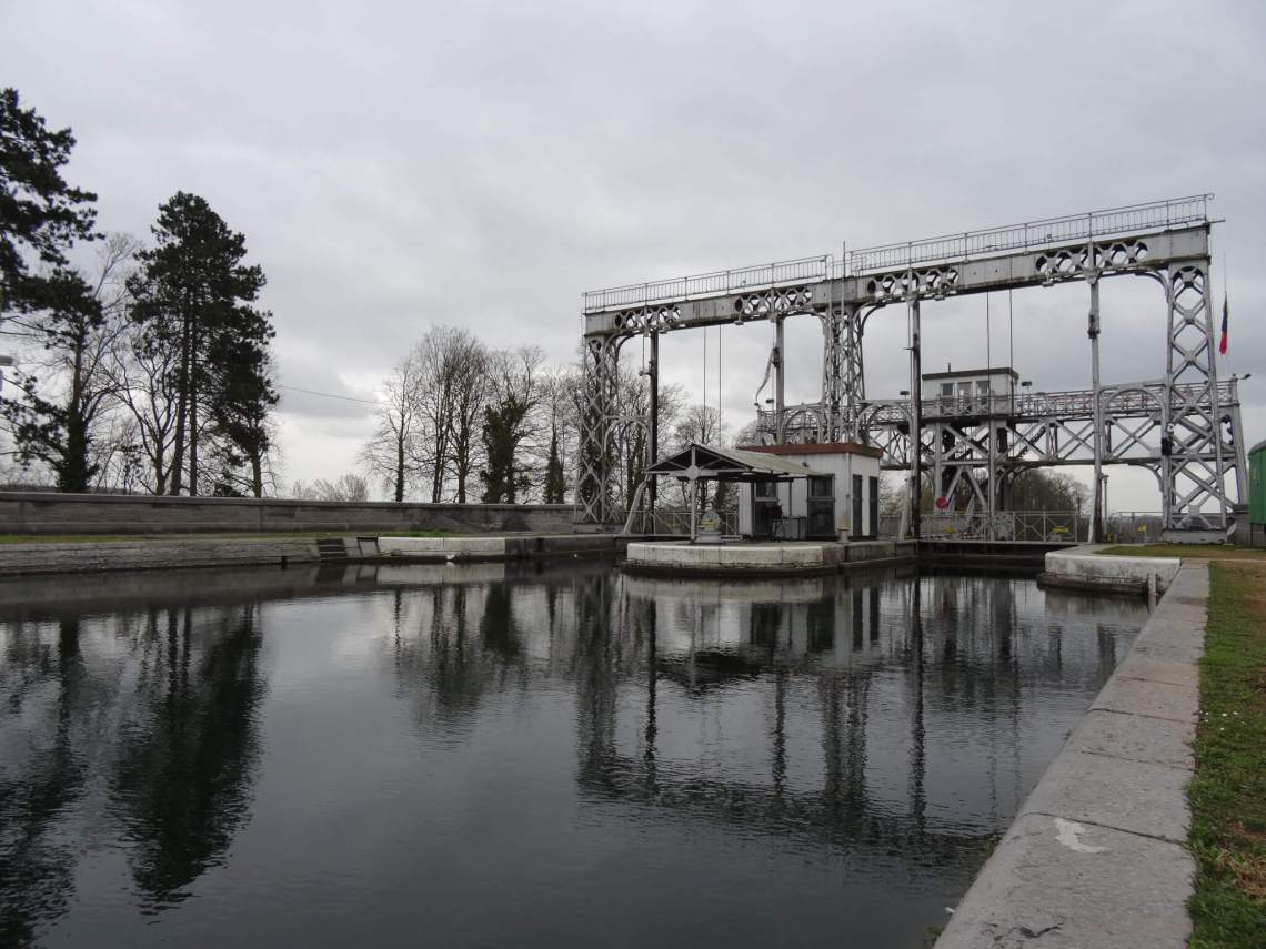 Centrumkanaal met een van de vier scheepsliften in La Louvière onder een grijs wolkendek