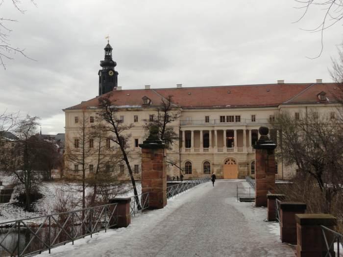 Zicht vanuit het park op residentiële kasteel in Weimar