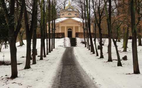 Vrij van sneeuw gemaakt pad leidt naar dodenhuis