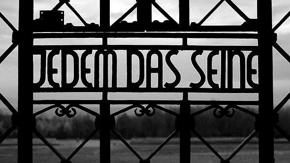 Jedem das Seine staat op een toegangshek van een concentratiekamp