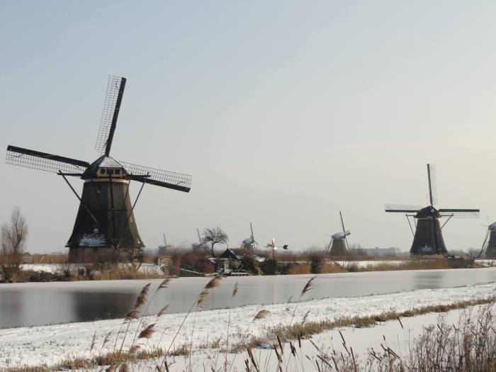 Molencomplex van Kinderdijk in oer-Hollands landschap van sneeuw en ijs