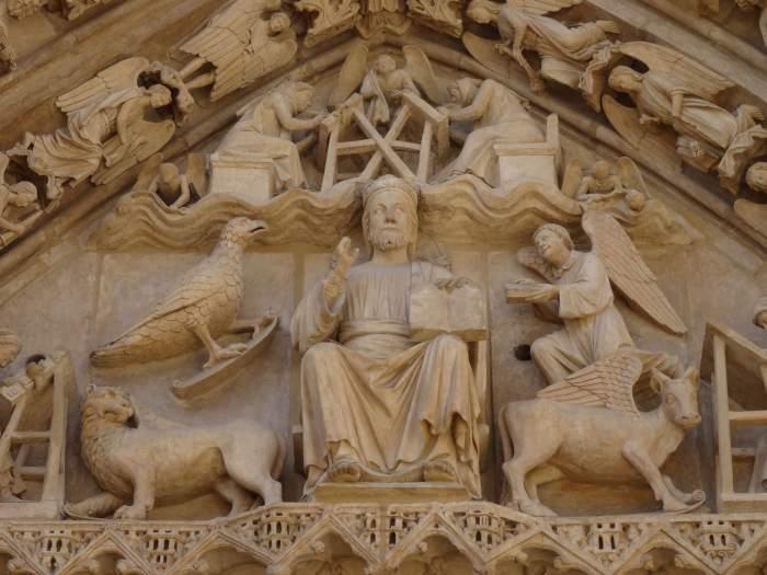 Jezus omringd door de vier dieren van de apocalyps op timpaan van kathedraal van Burgos