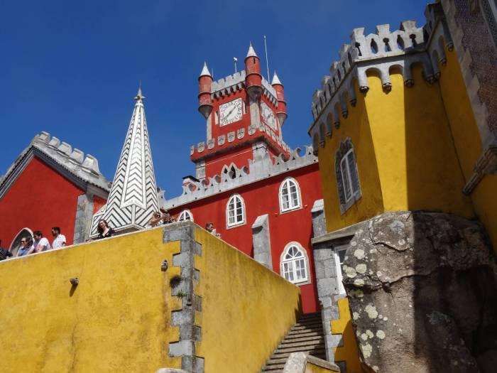 De kleuren rood en gel domineren het sprookjespaleis in Sintra
