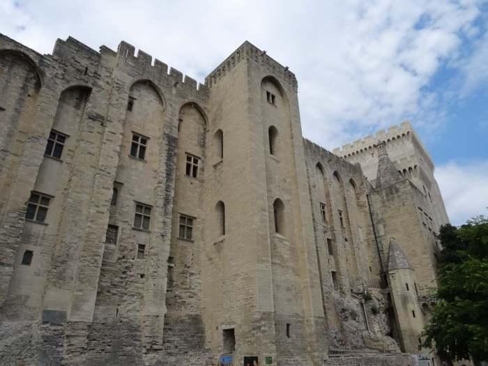 Dikke muren rondom paus in Avignon