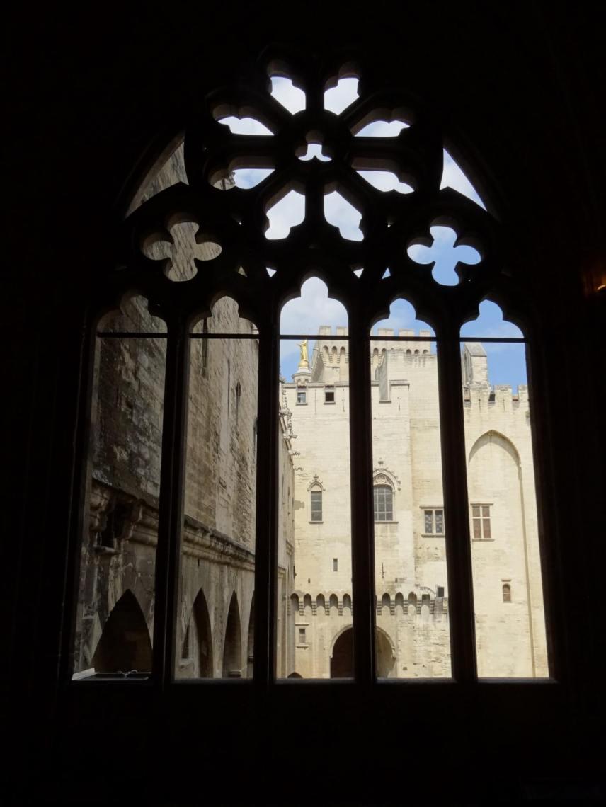 Silhouet van gotisch raam bij de paus in Avignon
