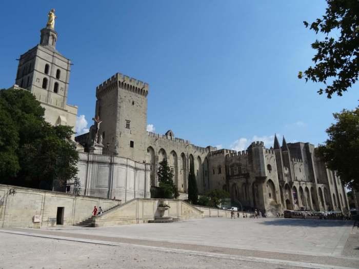 vooraanzicht van kathedraal en paleis van de paus in Avignon