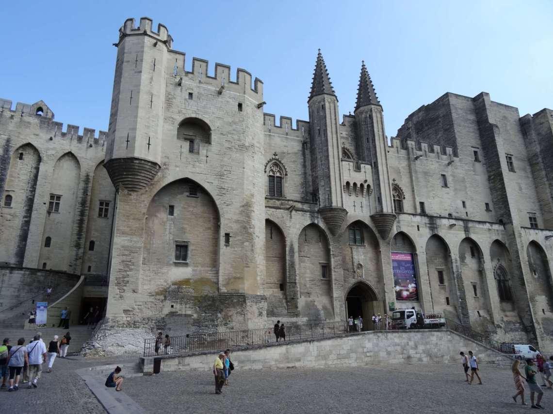 Burchtachtige voorgevel van pauselijke residentie in Avignon met torens en kantelen