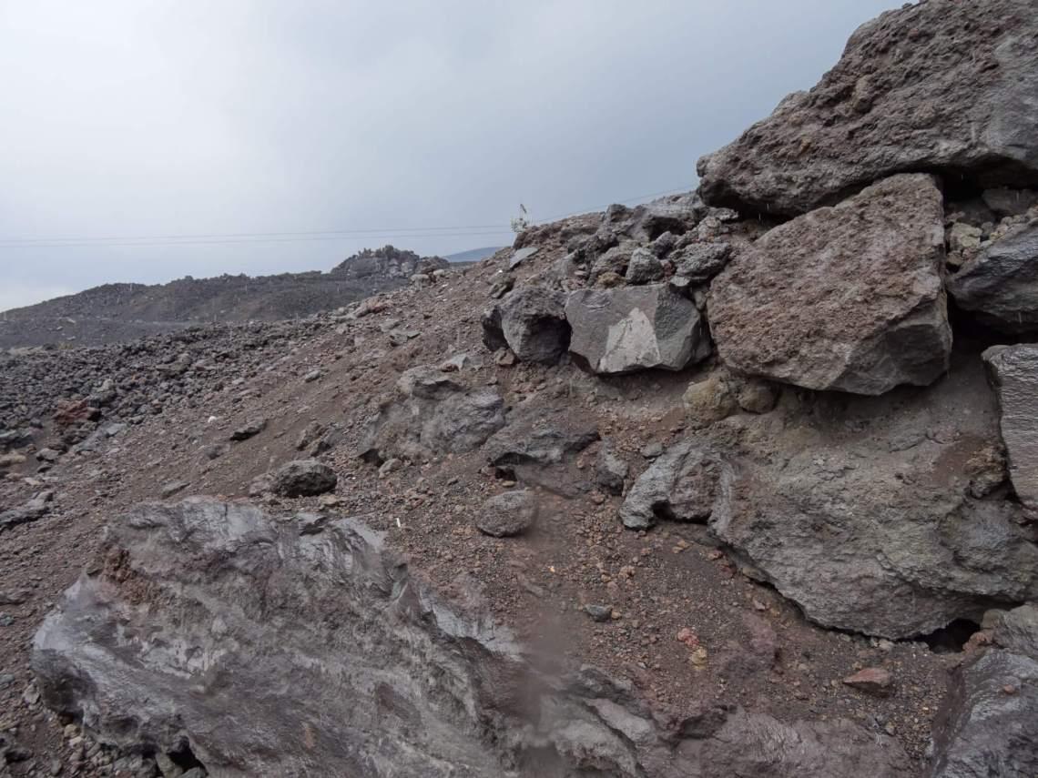 Zo ver het oog reikt bergen lavasteen en -puin