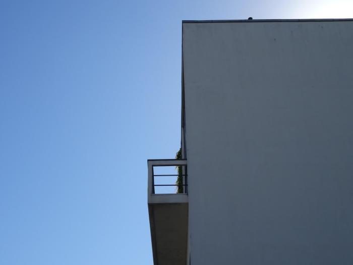 Zijaanzicht van balkon van Maison Guiette in Antwerpen