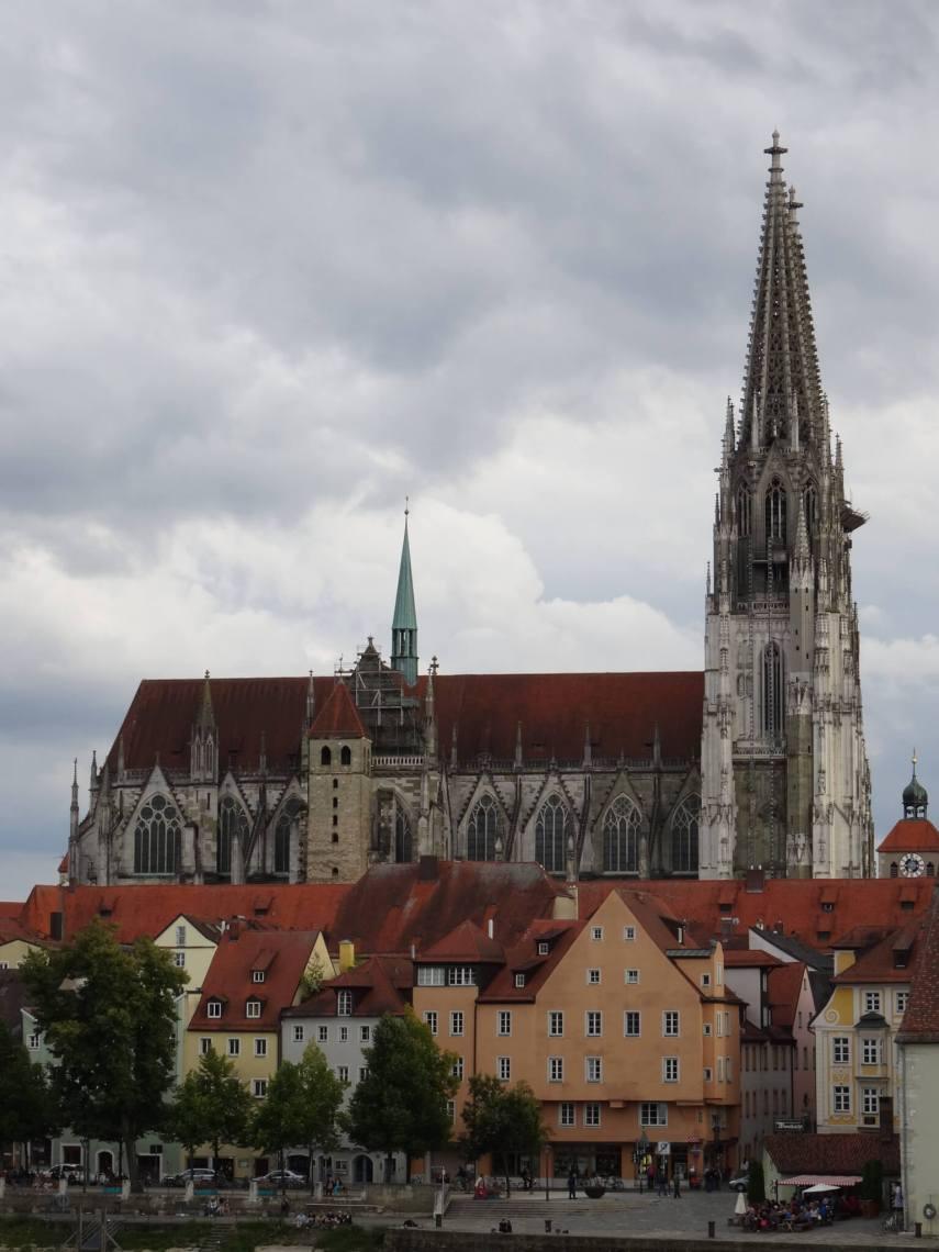 Kathedraal van Regensburg met op de voorgrond kleurrijke geveltjes van oude huizen