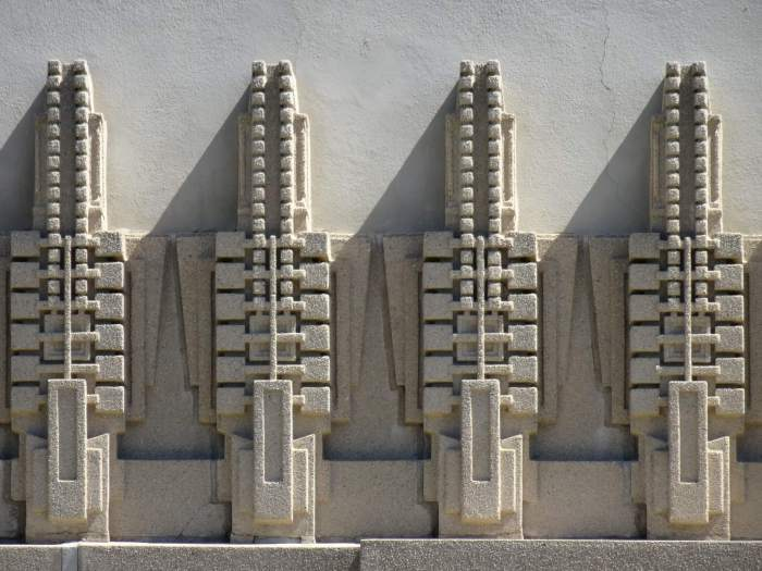 Kunstzinnige betonnen motieven op villagevel