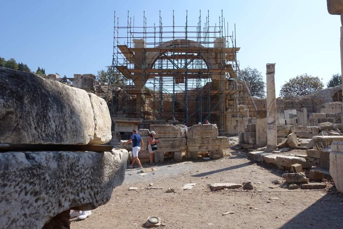 In de steigers staande tempel van Domitianus