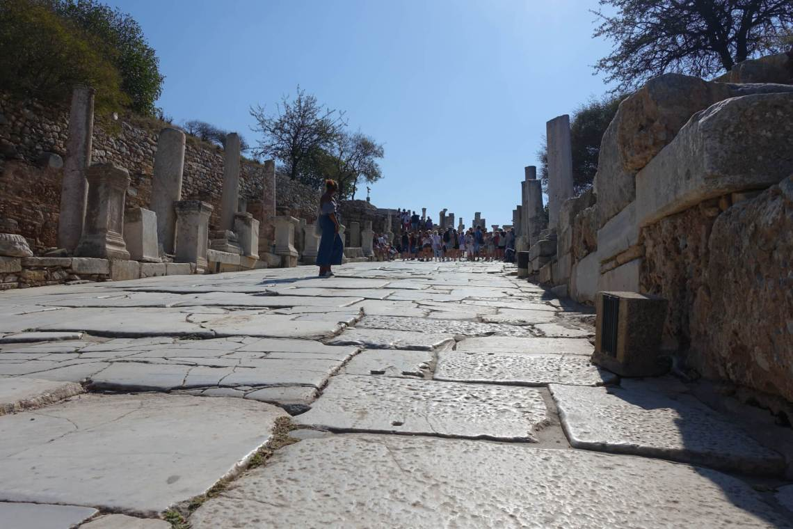 Marmeren straat omzoomd met resten bebouwing