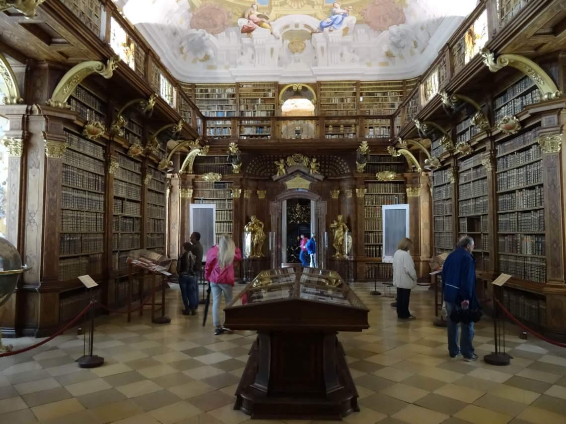 Rijk versierde bibliotheek