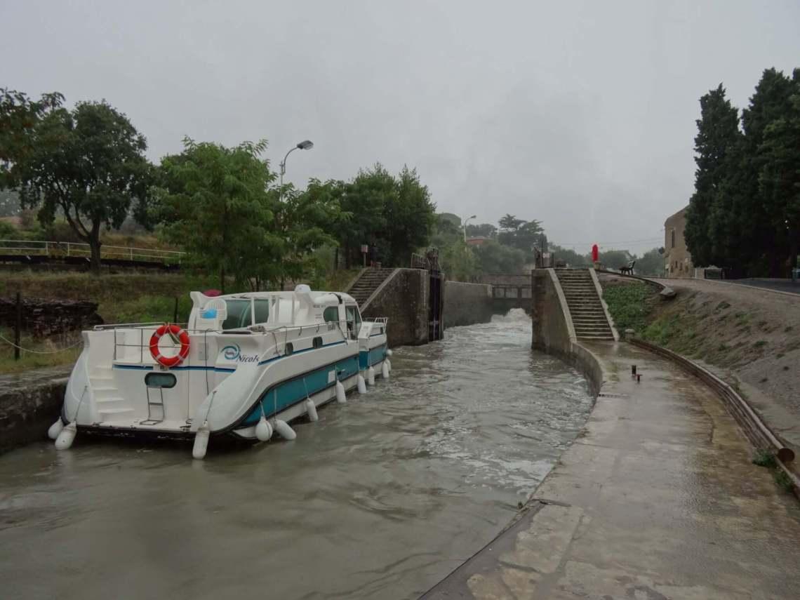Jacht verplaatst zich van de ene sluis naar de andere op het Canal du Midi