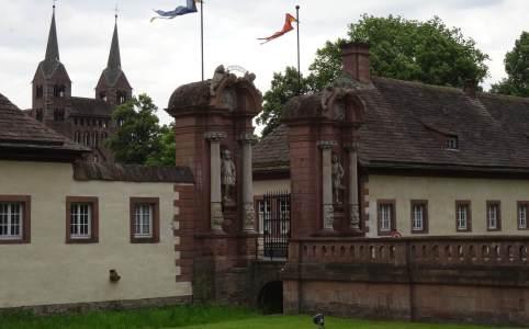 Beelden en zuilen omzomen entree klooster van Corvey