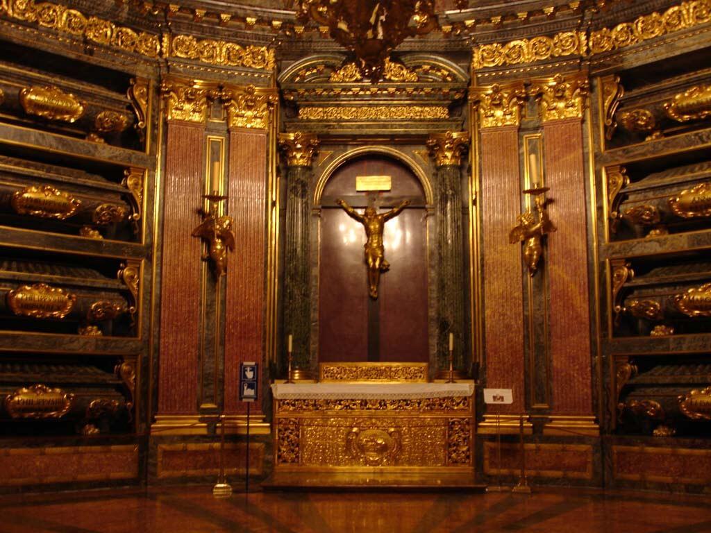 Een vergulden,gekruisigde Christus te midden van deels vergulden doodskisten