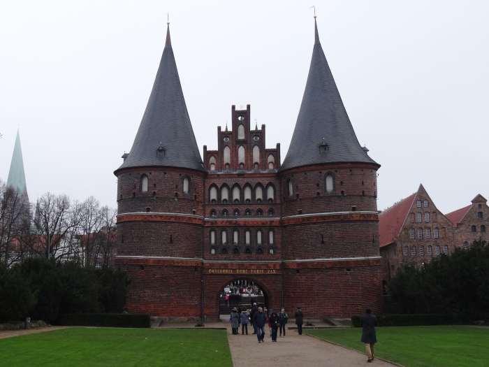 Twee kegelvormige torens en een trapgevel in het midden vormen samen de Holstenpoort