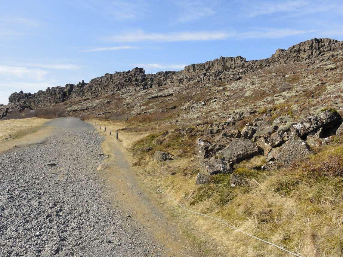 Brede kloof met hoog opstaande rotswand