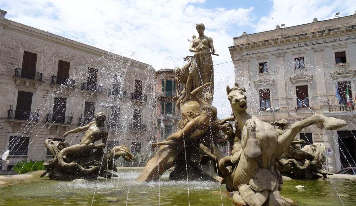 Fontein in Syracuse die de mythe van Arethusa uitbeeldt