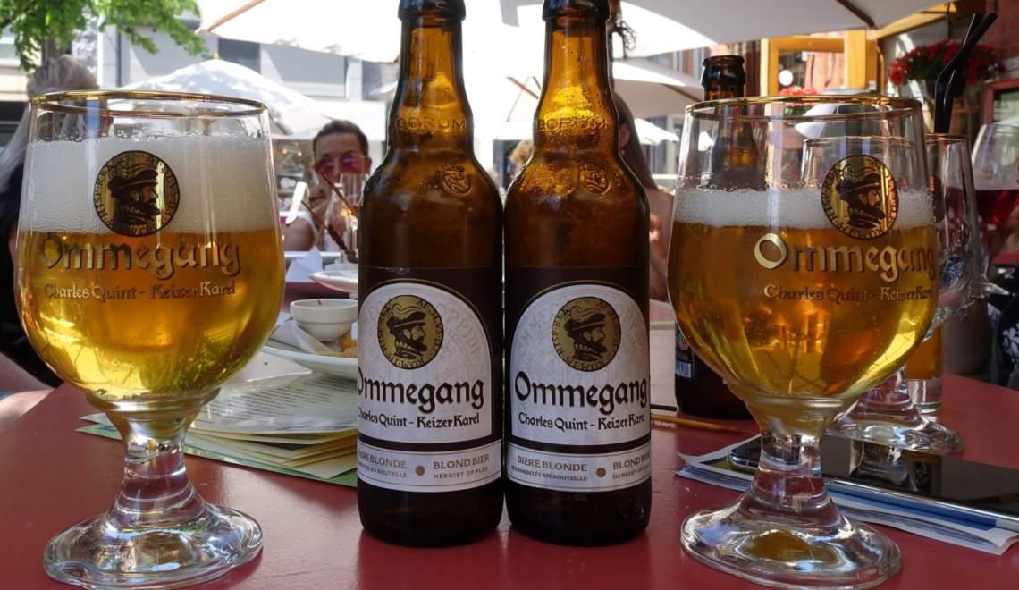 Tafel met twee flessen en glazen bier