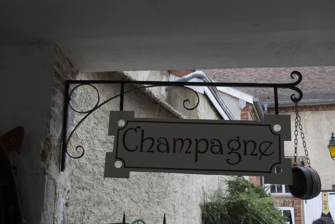 Uihangbord met de tekst champagne