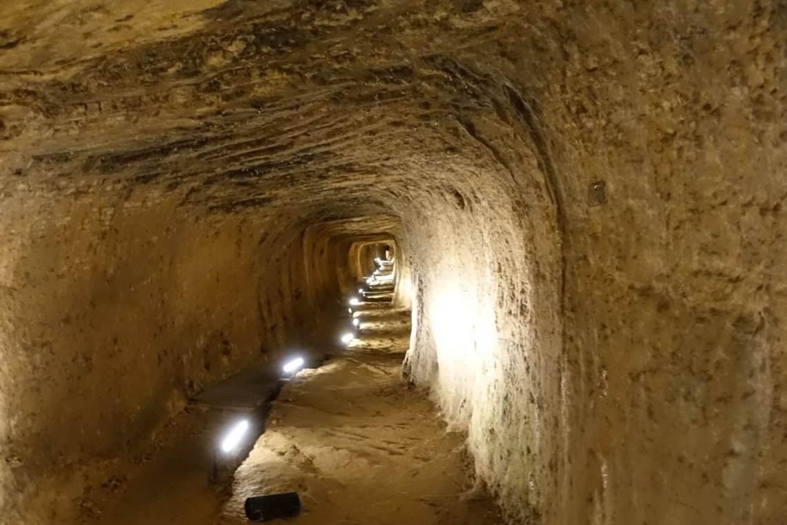 Een blik in de verlichte tunnel van Eupalinos