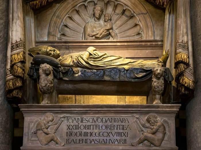 Marmeren beeld van paus Johannes XXIII op hemelbed gedragen door leeuwen