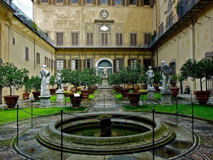 Ronde fontein met tuinpad en standbeelden