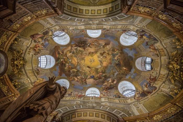 Barok koepelplafond Nationalbibliothek met hemelse figuren