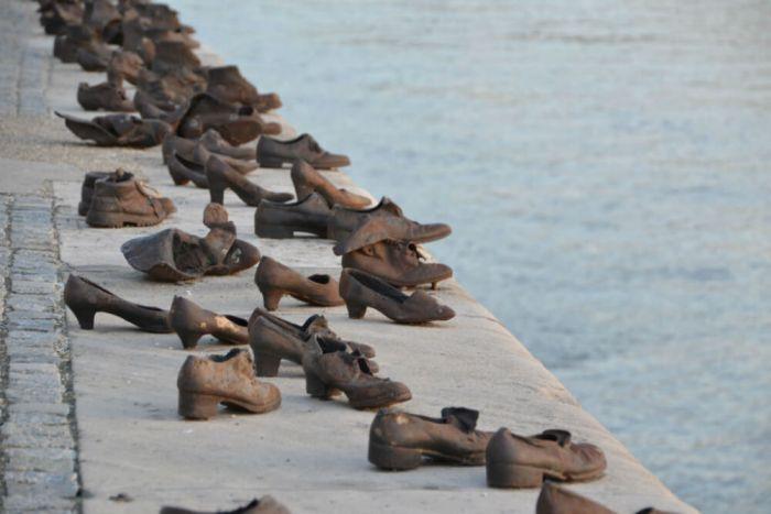 Bronzen schoenen op kade langs oever Donau