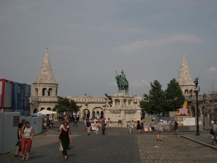 Standbeeld van ruiter op een voetstuk met aan weerszijden twee spitse torens