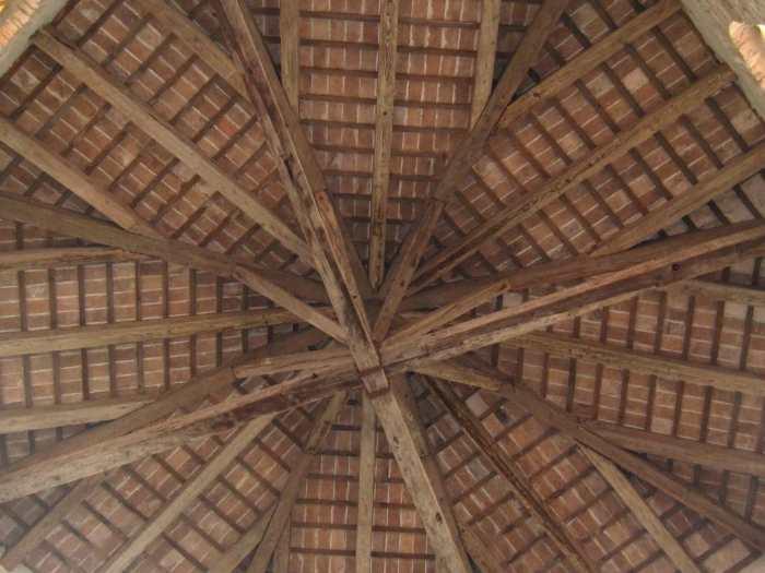 Houten dakconstructie in achthoekige vorm