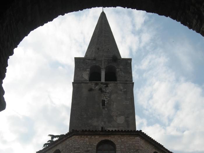 Rechthoekige toren met spits in de vorm van een kegel
