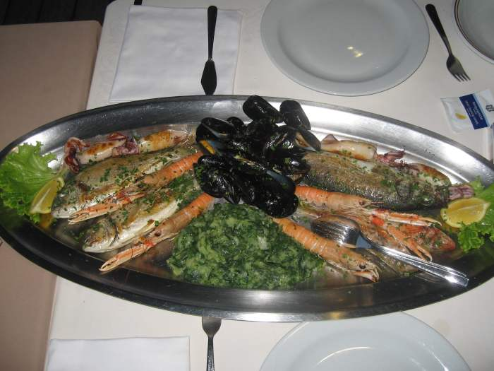 Vis, schelp- en schaaldieren op een zilveren schaal