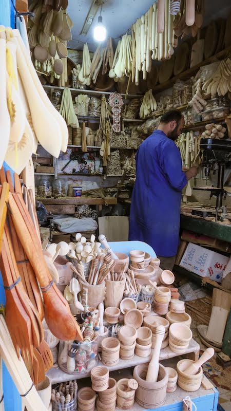 Artisan sculpteur sur bois à Chefchaouen