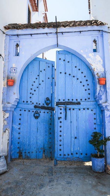 Porte bleue cloutée traditionnelle à Chefchaouen