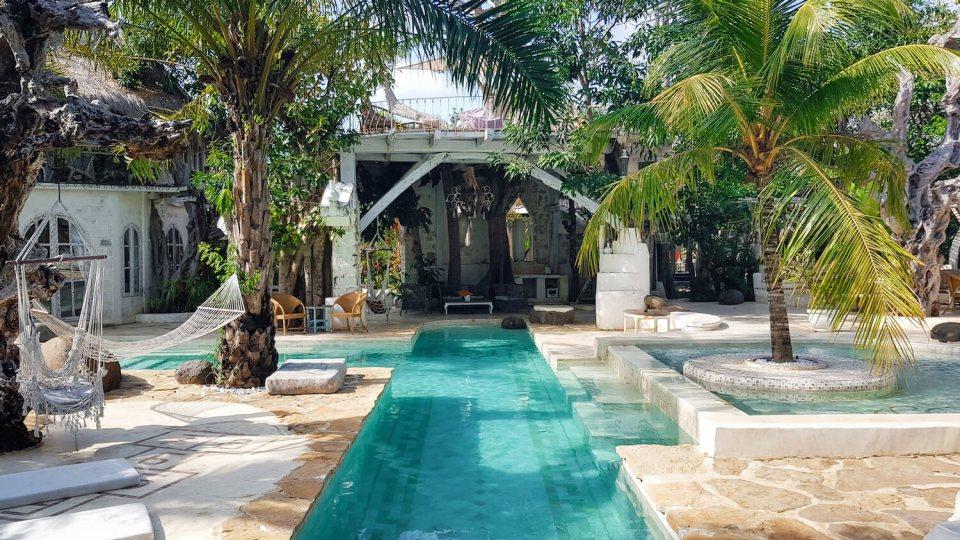 Les piscines turquoises du restaurant The Alchemist Lounge à Bali