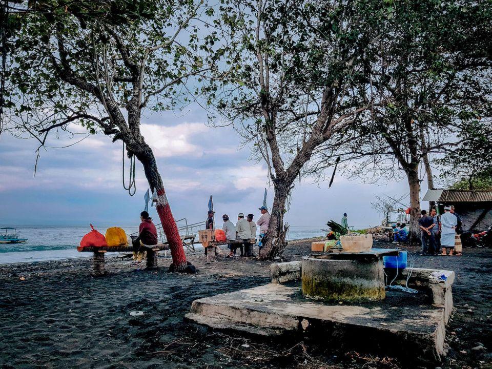 La plage de sable noir, terminal du ferry de Kusamba à Bali