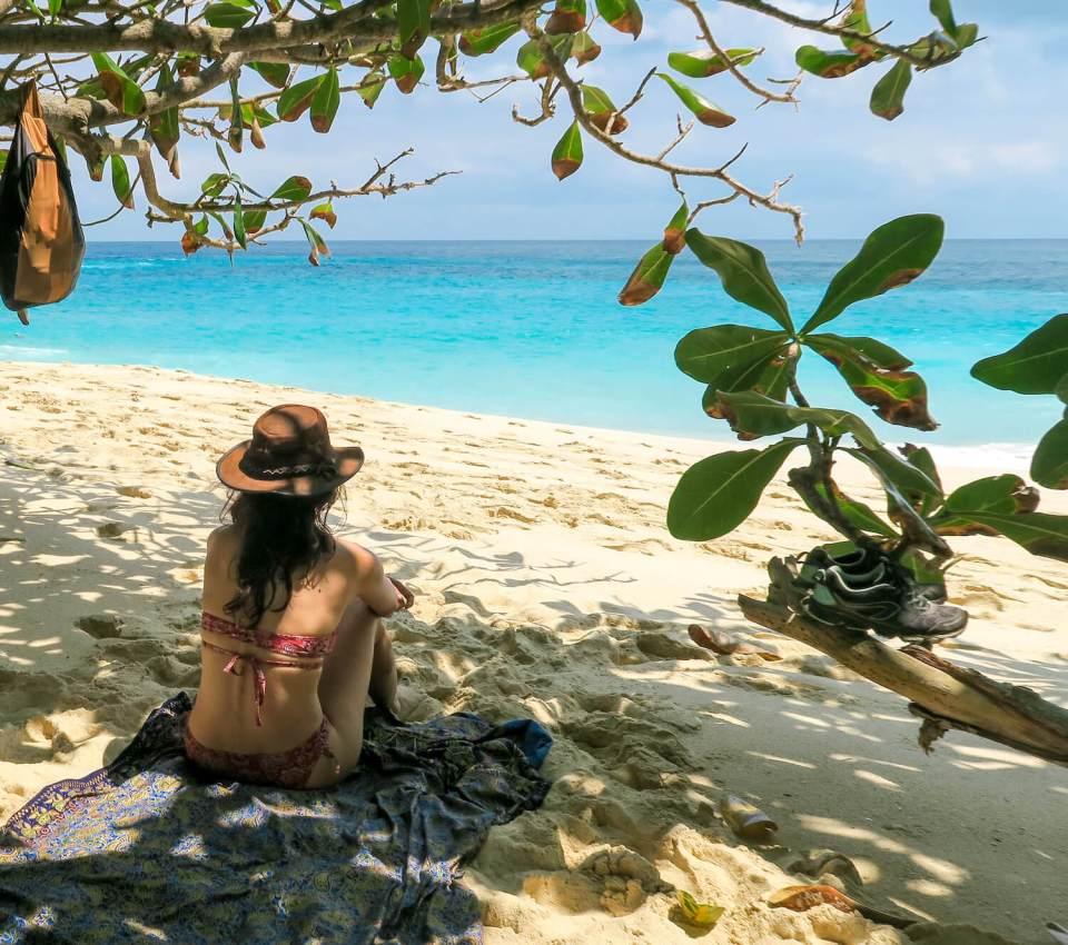 Pause ombragée sur la plage de Kelingking beach à Nusa Penida, Bali