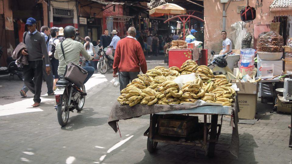 Marché et étal de bananes dans la médina de Marrakech