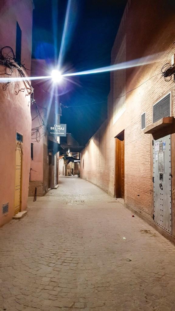 Ruelle la nuit dans la médina de Marrakech