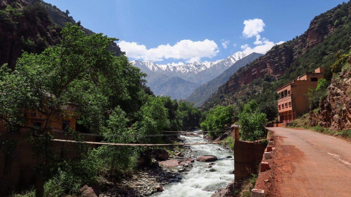 Vue sur la route ocre et la rivière ourika dans la vallée Ourika, Maroc